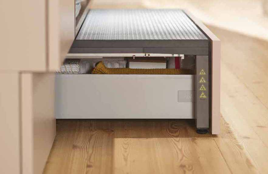 Soluciones funcionales para las cocinas modernas: la nueva plataforma en el zócalo de Space Step de Blum