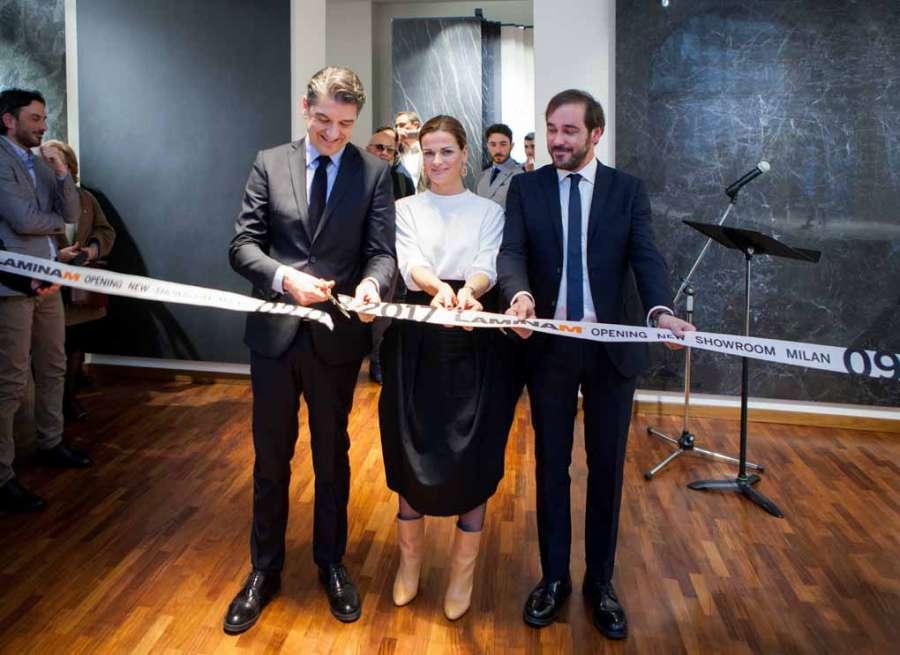 Showroom Laminam Milano Da sinistra: Massimo Baroni (Sales Manager Italy Laminam), Alessandra Stefani (Vicepresidente e Art-Director Laminam); Raffaello Fusaro (regista).