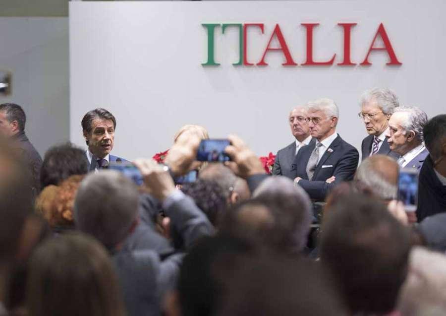 Il premier Conte incontra le tecnologie italiane per il legno in mostra a Mosca 0