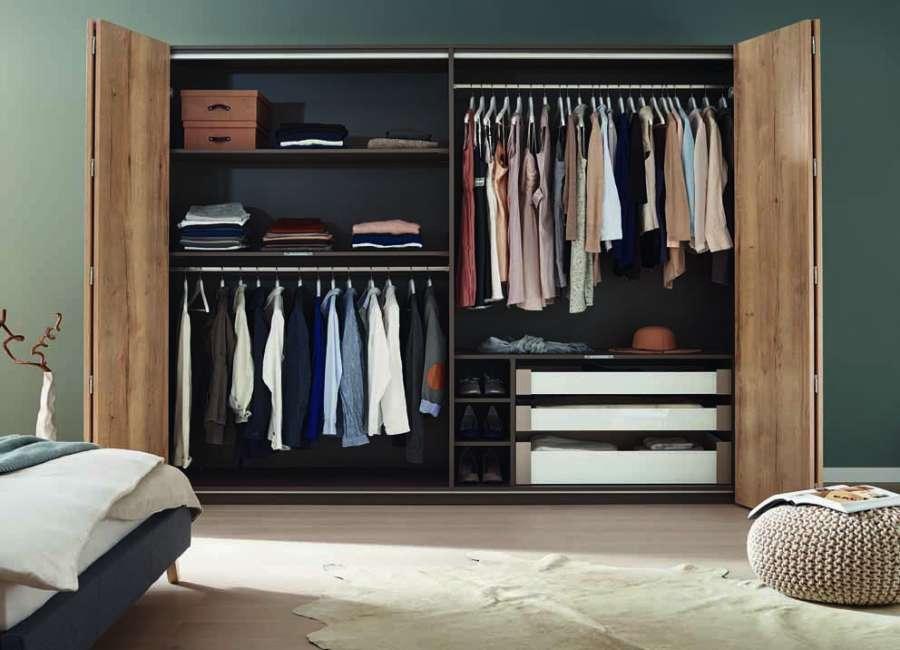 Il sistema per ante a libro WingLine L di Hettich offre una totale visuale dell'interno dell'armadio
