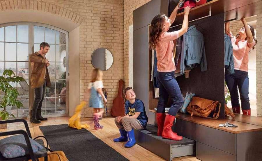 Space Step di Blum è una soluzione per lo zoccolo funzionale anche nei mobili dell'ingresso