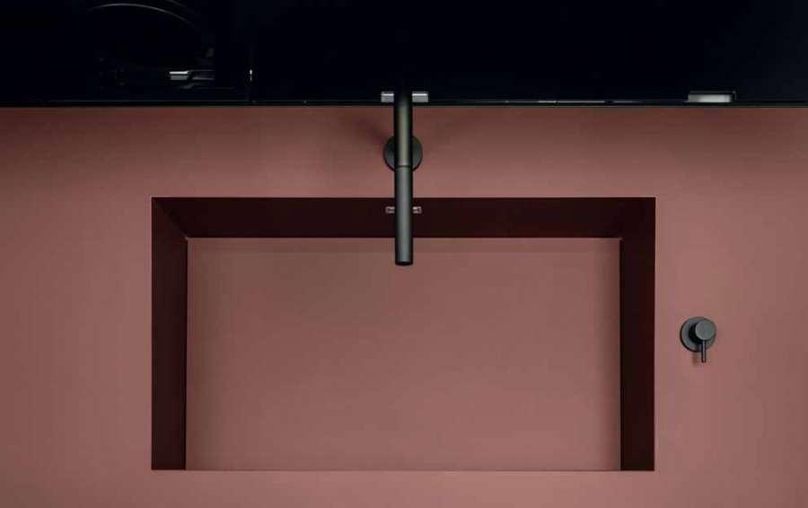 Cucina Sei di Euromobil: dettaglio del blocco top/lavello in Fenix® NTM® rosso jaipur