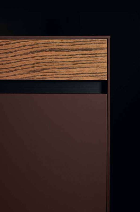 Kitchen Six by Euromobil: frontal detail: Fenix NTM® red jaipur, natural elm black