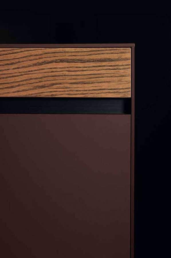 Cucina Sei di Euromobil: dettaglio dei frontali: Fenix NTM® rosso jaipur, olmo naturale stracciato nero