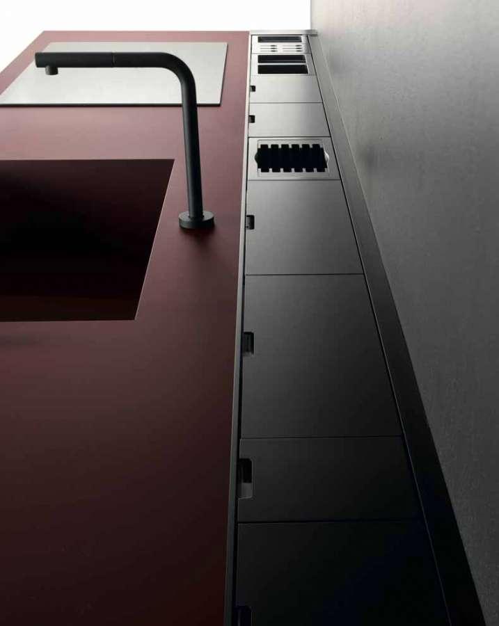Cucina Sei di Euromobil: piano top unicolor Fenix NTM® rosso jaipur con vasca integrata