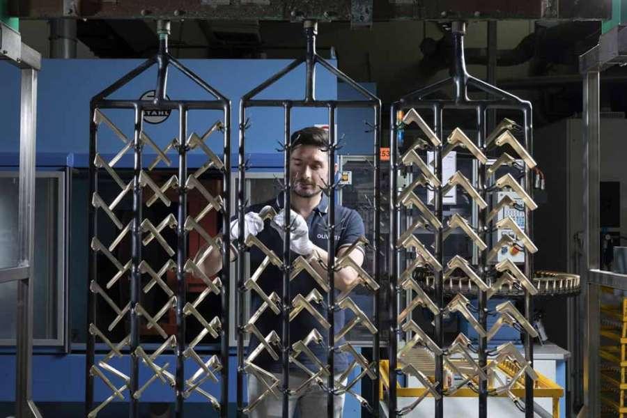 Un  momento di lavorazione delle maniglie per porte Olivari