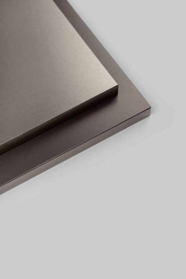 I laminati polimerici Rauvisio fino metallic di Rehau danno accenti brillanti ai frontali di mobili verticali