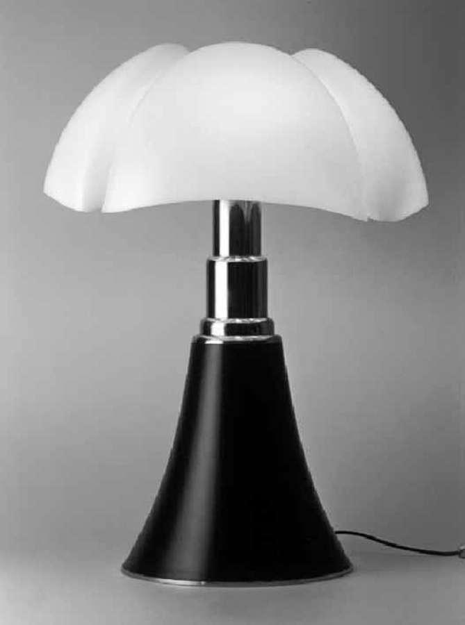 Italian Design Day 2020 - die Leuchte Pipistrello, Entwurf Gae Aulenti, hergestellt von Martinelli Luce