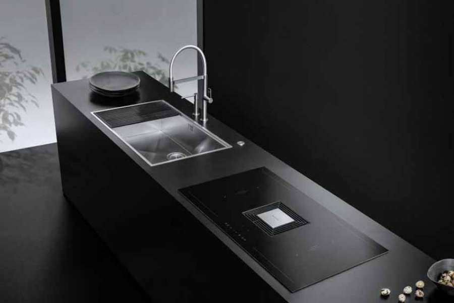 The Zero induction hob with integrated hood by Barazza matches perfectly with the other kitchen elements