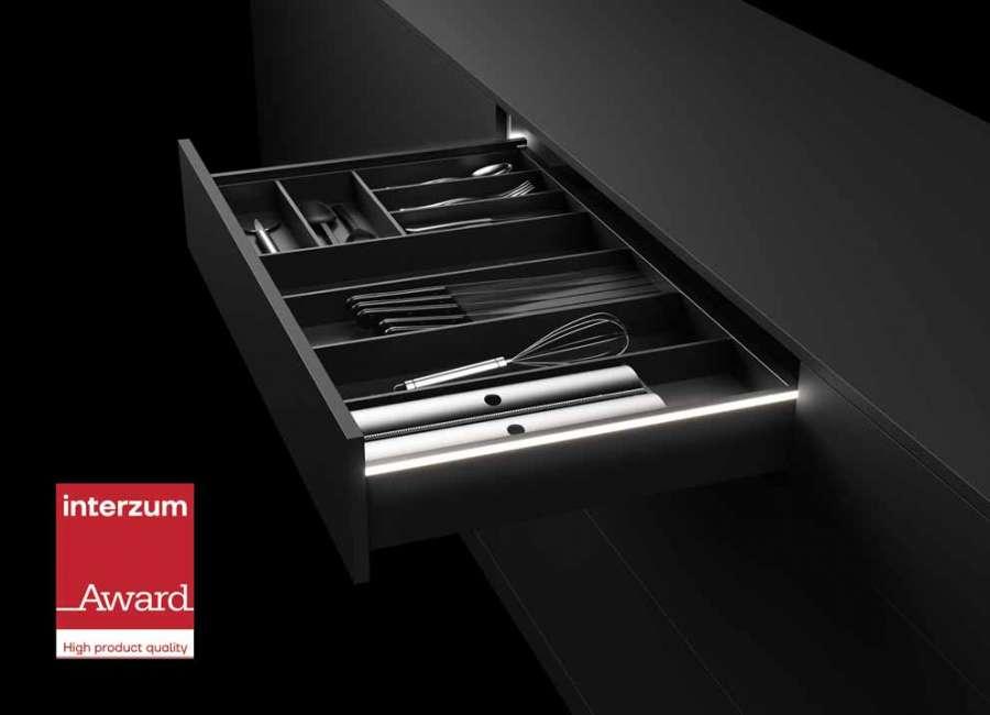 Sistema per cassetti AvanTech YOU con una firma luminosa a LED disponibile tra gli optional
