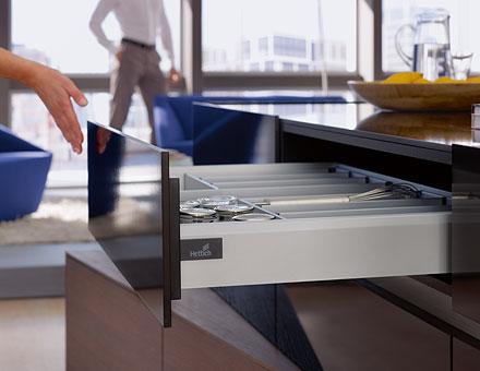 Un'innovativa funzione di apertura  per i cassetti ArciTech di Hettich
