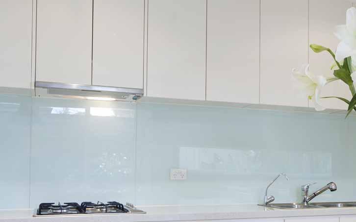 Paneles de revestimiento de cocina Häfele AluSplash®: fáciles de fijar y agradables a la vista